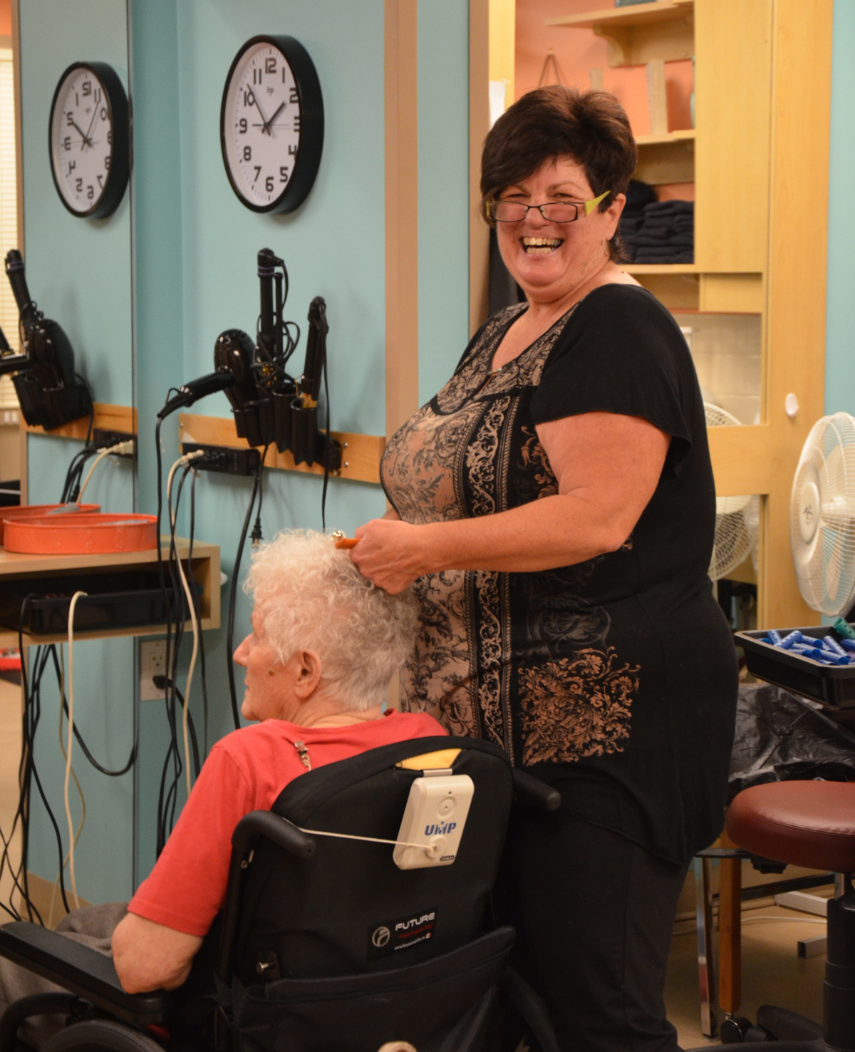 staff member doing residents hair.jpg